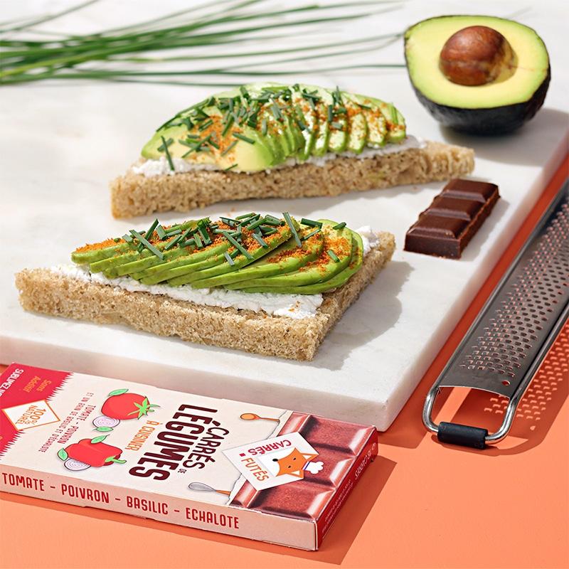 avocado-toast-tablette-tomate-poivron-carres-futes